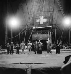 Clows und Kinderclowns in der Manege, aufgenommen am 30. Juni 1943 in Bern. (Bild: Keystone /Str)