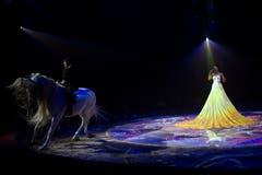 Geraldine Knie und Saengerin Nubya während ihrem Auftritt an der Premiere zur 100-Jahre-Jubiläumstournee des Circus Knie in Rapperswil (SG), am Donnerstag, 21. März 2019. (Bild: Keystone/Melanie Duchene)