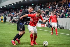 Der Schweizer Nias Hefti (vorne) hält sich den Kroaten Luka Hujber vom Leib. (Bild: Andy Müller / Freshfocus, Kriens, 22. März 2019)