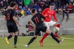 Der Schweizer Ruben Vargas (rechts) im Laufduell mit dem Kroaten Mario Cuze. (Bild: Andy Müller / Freshfocus, Kriens, 22. März 2019)