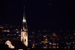 Das Bild zeigt den Chamer Kirchturm und die Stadt Zug im Hintergrund. (Bild: Lars Fuchs, Cham, 22. März 2019)