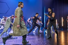 Auch bei den Nebenfiguren ist die Show mit starken Sängern besetzt, hier etwa Fernando Spengler als Simon (rechts).