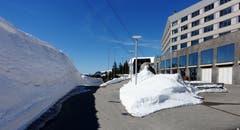 Markant: noch zwei Monate später erinnern diese massiven Schneewände an den Lawinenniedergang auf der Schwägalp. (Bild: Walter Schmidt)
