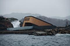 Wer im Dorf Spangereid, an der südlichsten Spitze Norwegens, ins Restaurant abtaucht, hat einen Panoramablick direkt in die Nordsee hinaus. (Bild: PD/Snöhetta)