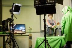 Der Fünftklässler Noel produziert mit einigen seinen Klassenkameraden eine «Marsgeschichte», die zeitgleich auf den Bildschirm übertragen wird. (Bilder: Jakob Ineichen, Luzern, 26. März 2019)