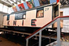 Der Knie-Zirkuswagen Nr. 29 auf einem Eisenbahn-Flachwagen. (Bild: Verkehrshaus)