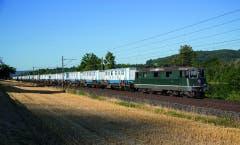 Knie-Extrazug der SBB Cargo auf der Strecke von Neuchâtel nach Langenthal. (Bild: schweizer-bahnen.ch)