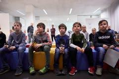 Gespannt erwarten die 13 Schülerinnen und Schüler den Startschuss für die acht Stationen.