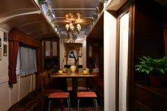 Der Salon mit ausziehbarem Tisch des Zirkuswagens Nr. 29. Hier sind Fredy Knie senior und sein Bruder Rolf Knie senior aufgewachsen. (Bild: Verkehrshaus)