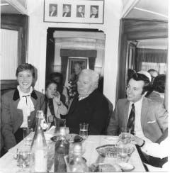 Kaffee und Kuchen mit Audrey Hepburn (links) und Charlie Chaplin (Mitte) im Wagen Nr. 29. (Bild: Zirkus Knie)