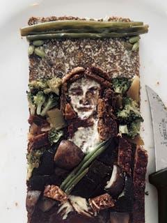 Hier ist Leonardo da Vincis Mona Lisa aus Bohnen, Broccoli, Champignons und Vollkornbrot gestaltet. (Solange Richter)
