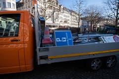 Die nicht mehr gebrauchte Signalisation für die ehemaligen Parkplätze wird abtransportiert.