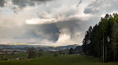 Aprilwetter zieht von Sirnach über die Hochwacht nach Wil. (Bild: Nicolas Giovanettoni)