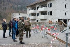Die Delegation beobachtet die Übung im Dorf.