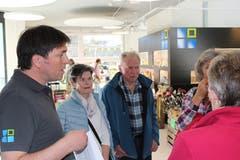 Bereichsleiter Erich Rüfenacht im Gespräch mit einigen Besuchern.