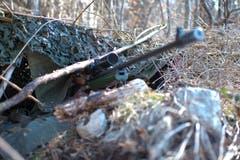 In solch einem Unterstand verweilen die Scharfschützen teils mehrere Tage.
