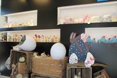 Auch die aktuelle Osterkollektion kommt in den beleuchteten Nischen des Shops gut zur Geltung.