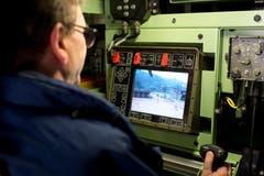 Regierungsrat Beat Villiger probiert sich am Waffensystem des Armeefahrzeugs.