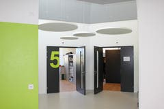 Die grossen Zahlen an den Türen helfen den Mitarbeitern sich im Gebäude zurechtzufinden. Die Wandfarbe Grün wirkt zudem beruhigend und macht glücklich.