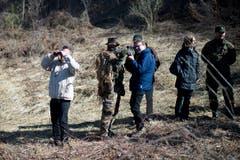 Bei der Kaserne St. Luzisteig präsentierten die Späher des Bataillons ihr Können. Auch Sicherheitsdirektor Beat Villiger legt Hand an.