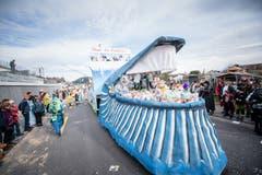 Die Gruppe Grundmatt/Unterdorf Ettiswil bringt das Thema Plastikabfall an den Umzug. (Bild: Roger Grütter, Ettiswil, 3. März 2019)