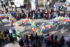 Unendlich lang wirkte nicht nur der Umzug, sondern auch ein Tatzelwurm aus Ballons.