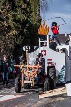 Die Bannerzunft Hämikon Müswangen 1 präsentiert ihren Wagen am Umzug durch Neudorf. (Bild: Nadia Schärli, Neudorf, 3. März 2019)