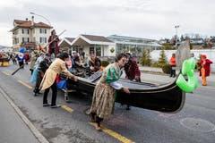 Die Guuggenmusig Flögglifrösch mit dem Motto «Carnevale di Glögglifrösch 50 Jahre». Hier bei «acqua bassa» in Meggen. (Bild: Philipp Schmidli, Meggen, 3. März 2019)
