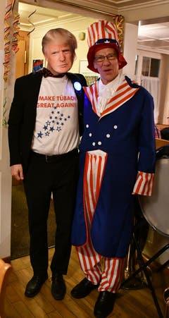 Da haben sich zwei gefunden: US-Präsident Donald Trump (Michael Götte) posiert mit Uncle Sam. (Bild: Ramona Riedener)