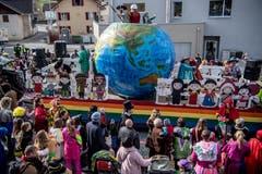 Die Bannerzunft Hämikon Müswangen 2 mit ihrem Wagen und Vertretern aus der ganzen Welt. (Bild: Nadia Schärli, Neudorf, 3. März 2019)