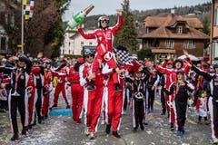 Das «Fasnatico Racing Team» trägt den Sieger auf Händen.(Bild: Nadia Schärli, Neudorf, 3. März 2019)