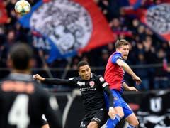 Basels Aushilfs-Innenverteidiger Fabian Frei steigt höher als sein Gegenspieler Marvin Spielmann (Bild: KEYSTONE/WALTER BIERI)