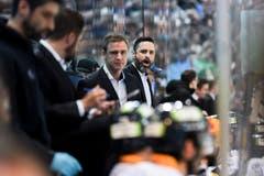 Zugs Trainer Dan Tangnes und Assistenztrainer Josh Holden verfolgen das Spiel. (Bild: Claudio Thoma/freshfocus, 30. März 2019)