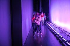 Nach dem Auftritt vor über tausend Zuschauern sind die Tänzerinnen und Tänzer sichtlich erleichtert. (Bild: Roger Grütter, Luzern, 30. März 2019)