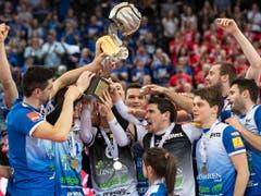 Amriswils Volleyballer jubeln über den Cupsieg (Bild: KEYSTONE/ADRIEN PERRITAZ)