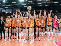 Die Neuenburger Volleyballerinnen jubeln über ihren Cupsieg (Bild: KEYSTONE/ADRIEN PERRITAZ)
