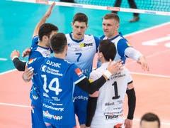Die Amriswiler Volleyballer feierten den sechsten Cupsieg der Vereinsgeschichte (Bild: KEYSTONE/ADRIEN PERRITAZ)