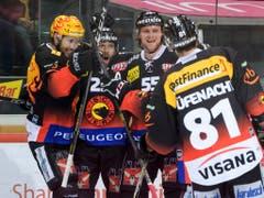 Befreiter Jubel der Berner (von links): Simon Moser, Andrew Ebbett, Calle Andersson, Thomas Ruefenacht (Bild: KEYSTONE/ANTHONY ANEX)