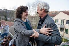 Stadtrat Adrian Borgula (Grüne) gratuliert Korintha Bärtsch (Grüne) zum Wahlergebnis. (Bild: Philipp Schmidli)