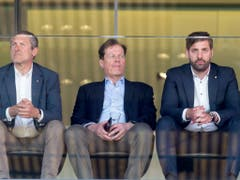 Gemischte Gefühle auch bei GC-Präsident Stephan Rietiker, der sich die Partie an der Seite seines Vorgängers Stephan Anliker und CEO Manuel Huber zu Gemüte führt (Bild: KEYSTONE/MELANIE DUCHENE)