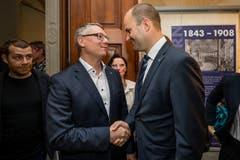 Regierungsratskandidat Jörg Meyer (SP, links) gratuliert Fabian Peter (FDP) zur Wahl. (Bild: Philipp Schmidli)
