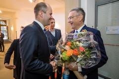 Guido Graf (CVP, rechts) gratuliert Fabian Peter (FDP) zur Wahl in den Regierungsrat.. (Bild: Philipp Schmidli)