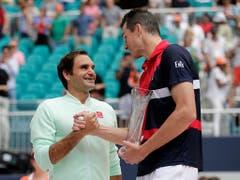 John Isner gratulierte Roger Federer nach der klaren Niederlage im Final und lobte den Schweizer danach in den höchsten Tönen (Bild: KEYSTONE/AP/LYNNE SLADKY)