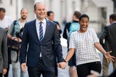 Regierungsrat Fabian Peter (FDP) und seine Frau Debby freuen sich über das Wahlergebnis. (Bild: Philipp Schmidli)
