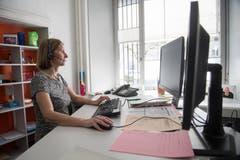 Sie ist eine von 20 Personen, bei der die telefonischen Ergebnisse aus den Gemeinden zusammenlaufen: Irene Wallimann. (Bild: Boris Bürgisser)