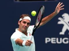 Roger Federer pariert die Service-Geschosse von John Isner stilsicher (Bild: KEYSTONE/AP/LYNNE SLADKY)