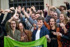 Jonas Heeb (Grüne) wurde in den Kantonsrat gewählt und wird vor dem Regierungsgebäude in Luzern gefeiert. (Bild: Philipp Schmidli)