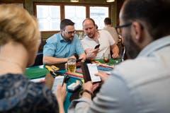 Dieter Haller (Präsident SVP Luzern, rechts) und Thomas Schärli analysieren die Wahlresultate im Restaurant Crazy Cactus Luzern. (Bild: Philipp Schmidli)