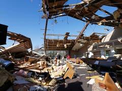 Pastor Steve Blaylock steht in den Trümmern seiner durch einen Tornado zerstörten Kirche in Columbus (Mississippi). (Bild: KEYSTONE/AP/ROGELIO V. SOLIS)