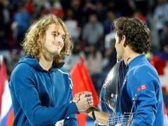 Revanche für die Niederlage in Australien: Stefanos Tsitsipas (li.) konnte Federer in Dubai nicht stoppen (Bild: KEYSTONE/EPA/ALI HAIDER)